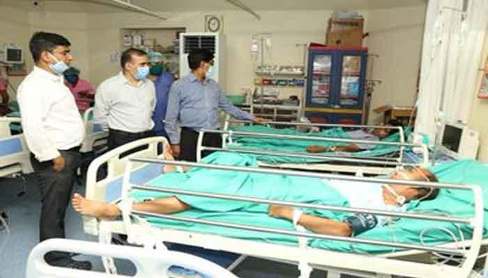जहरीली गैस के चपेट में आए श्रमिकों से मिले एसपी-कलेक्टर, 7 में से 3 रायपुर रेफर