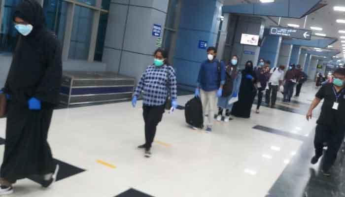 विदेश में फंसे भारतीयों की समुद्र और हवाई रास्ते से हो रही है वापसी