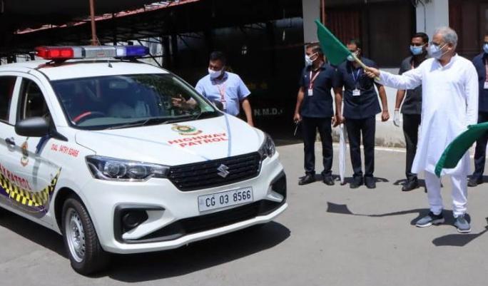 CM भूपेश ने हाईवे पेट्रोलिंग के लिए 15 वाहनों को हरी झंडी दिखा कर रवाना किया