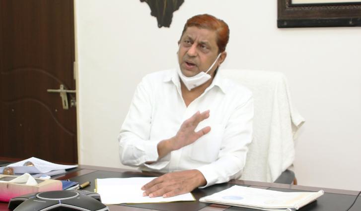 मंत्री अकबर ने बोड़ला नगर पंचायत में आबादी भूमि के पट्टा वितरण की समीक्षा की