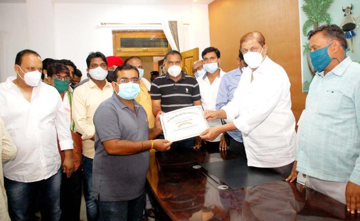 मंत्री अकबर ने मोर जमीन मोर मकान योजना के तहत 20 हितग्राहियों को किया पट्टा वितरण