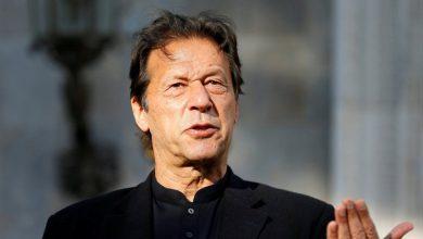 इमरान खान ने ट्रेन से गिर रहे शख्स को बचानेवाले पुलिस को किया सलाम, लोगों ने भीड़ देख कहा पाकिस्तान में एक ही ट्रेन है क्या?
