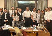 आर्यन को जमानत दिलाने वाले वकीलों संग नज़र आए Shah Rukh Khan